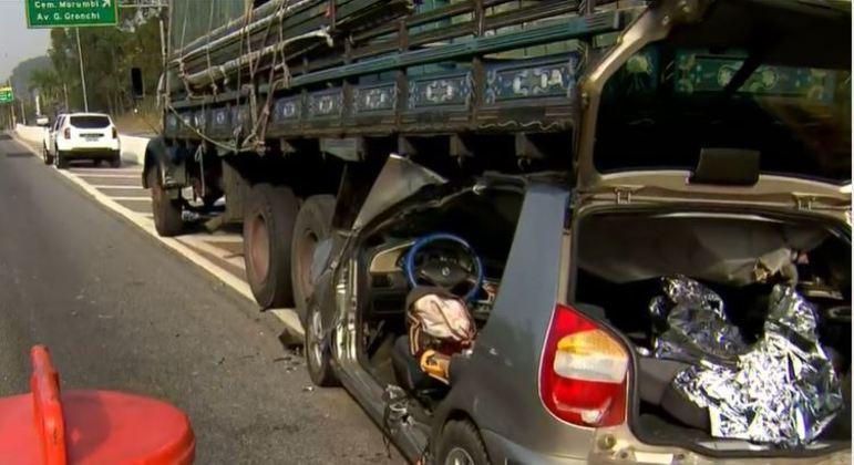 Mulher morre em colisão de carro e caminhão na Marginal Pinheiros