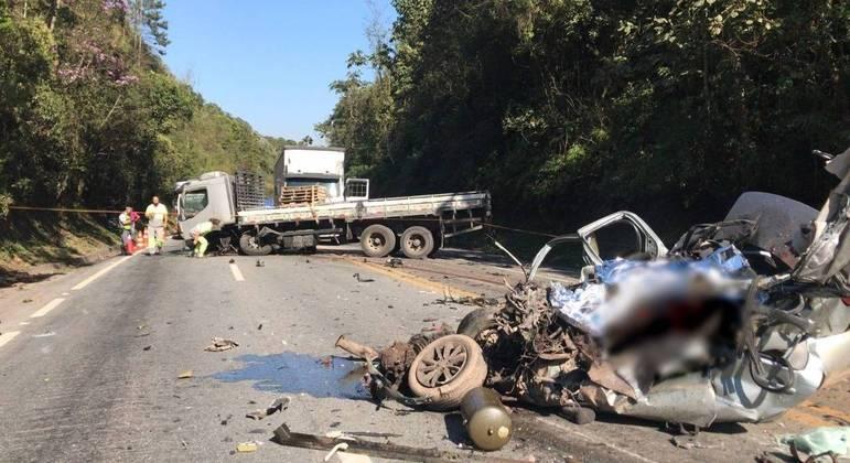 Motorista morre em colisão entre carro e caminhão na rodovia Índio Tibiriçá, em Ribeirão Pires