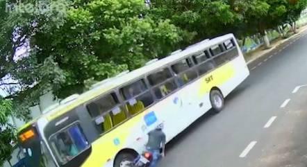 Motociclista atingiu em cheio a lateral do ônibus