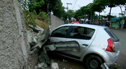 Veículo atingiu muro da PRF