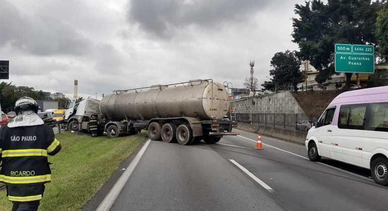 Acidente na rodovia Presidente Dutra (SP) deixa um ferido e pista interditada