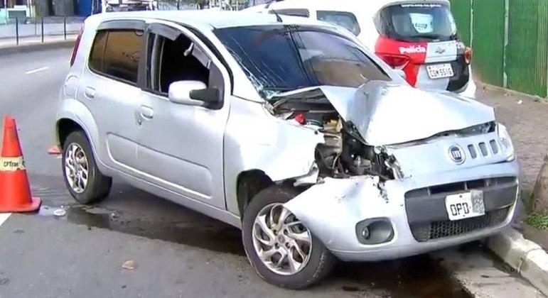 Carro ficou com a frente destruída