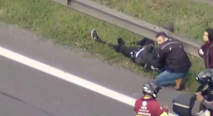 Vítima bateu a moto em um carro e foi arremessada para o canteiro da pista