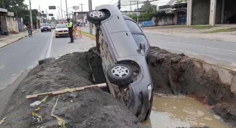 Carro caiu em buraco de obra no sítio histórico de Olinda (PE)