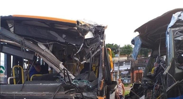 Acidente deixa motorista preso nas ferragens em Olinda (PE)