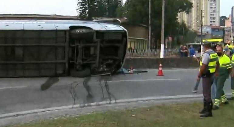 Ônibus fretado tomba na rodovia Anchieta e nove pessoas ficam feridas