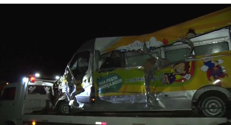 Acidente com caminhão, van e ônibus deixa ao menos 12 mortos no sul da Bahia