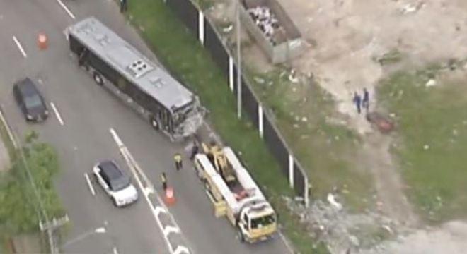Ônibus bate no muro da sede do Corinthians e homem fica ferido