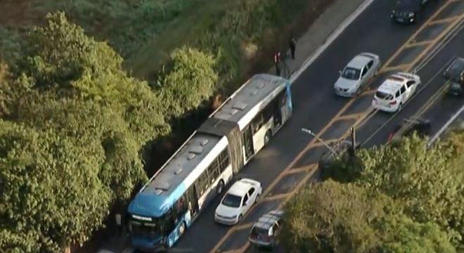 Batida entre um ônibus e uma moto provocou o acidente na manhã desta quinta (2)