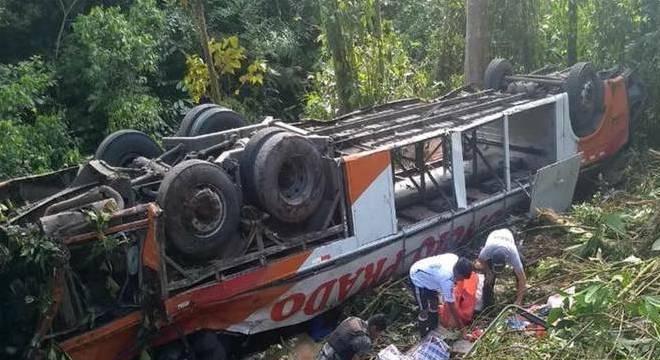 Veículo ficou destruído. As vítimas foram levadas para hospitais da região
