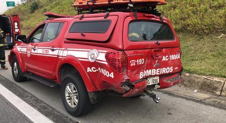 Carro do Corpo de Bombeiros foi atingido na parte traseira