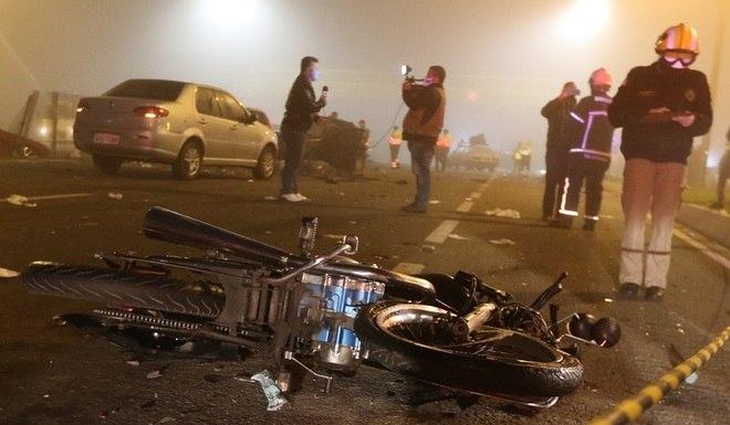 Além dos carros, um caminhão e uma viatura da polícia, o acidente envolveu cinco motocicletas. As causas do acidente ainda serão investigadas pela polícia