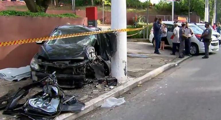 Mulher de 27 anos morreu após bater o carro em um poste em avenida do Parque do Carmo