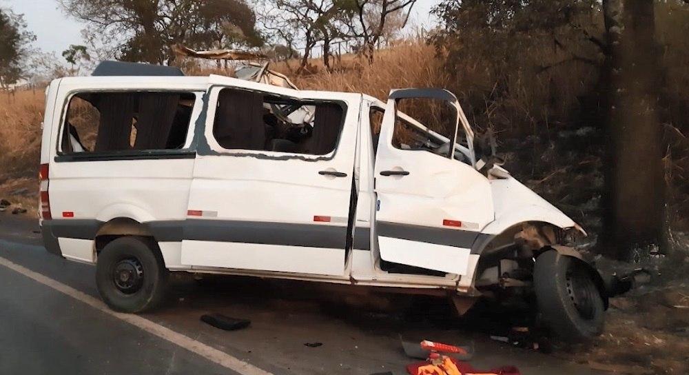 Doze pessoas morrem em batida entre van e caminhão em MG - Notícias - R7  Minas Gerais