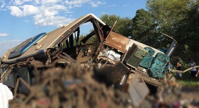 Colisão entre caminhão e ônibus deixa 41 mortos no interior de SP