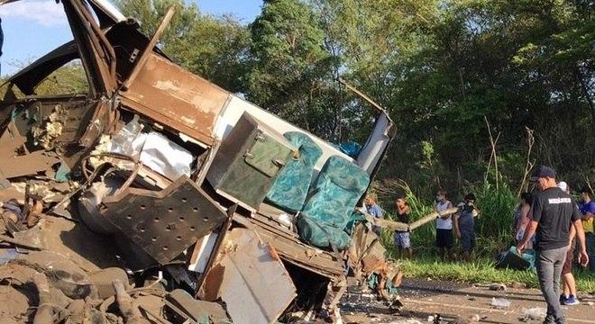 Acidente entre ônibus e caminhão deixa pelo menos 20 vítimas
