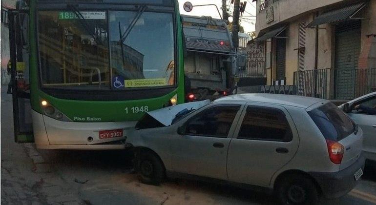 PM é ferido após acidente entre carro e ônibus em São Paulo