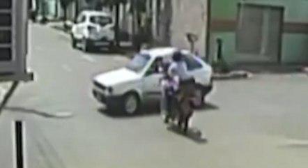 Motociclista atingiu carro que ignorou sinalização