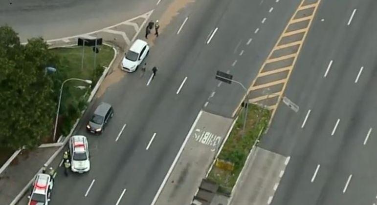 Homem embriagado colide carro em viatura da PM em bloqueio na zona norte de SP