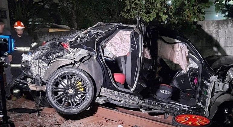Carro fica destruído após despencar de viaduto e cair sobre trilhos da CPTM