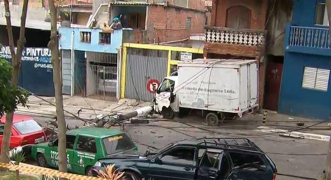 Caminhão atingiu poste que tombou sobre carros estacionados em avenida