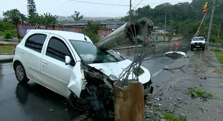 Motorista atingiu poste após perder controle