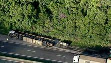 Caminhão-cegonha tomba na Régis e gera 9 km de congestionamento