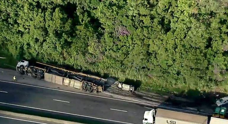 Acidente com caminhão-cegonha na Régis gera 18 km de congestionamento