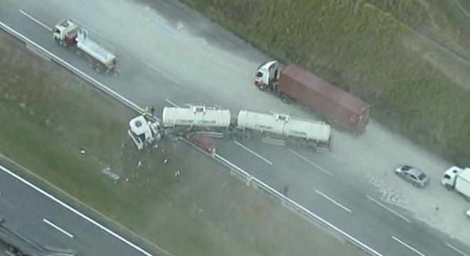 Caminhão colidiu com a traseira de uma carreta no Rodoanel Mário Covas