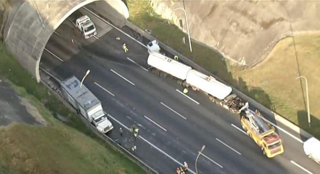 Acidente entre caminhão e carreta interdita faixa do Rodoanel em SP