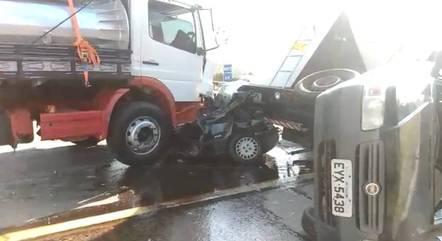 Carro ficou prensado entre dois caminhões