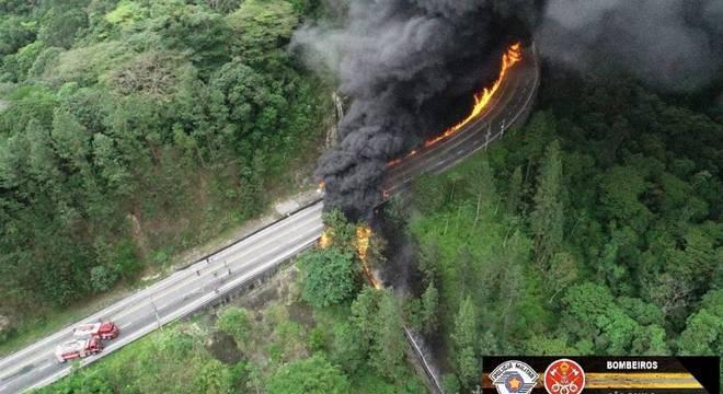Acidente com caminhão na Tamoios deixa morto e rodovia é bloqueada