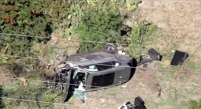 Imagem mostra o carro acidentado de Tiger Woods