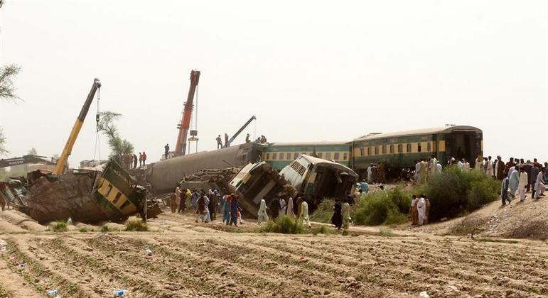 Colisão entre dois trens no Paquistão deixa 62 mortos e 28 pessoas hospitalizadas