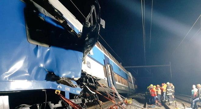 Equipes de resgate trabalham em local de acidente de trem na República Tcheca