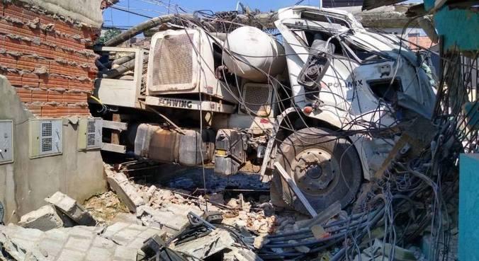 Acidente entre dois caminhões derruba poste e danifica casa na zona leste de SP
