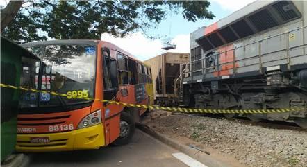 Ônibus foi atingido por trem no Centro de Betim