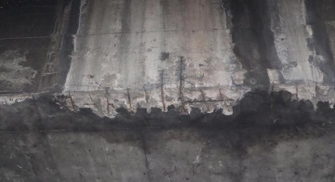 Aço da armadura está exposto na ponte dos Remédios, na zona oeste de SP