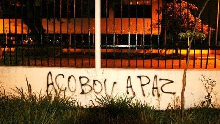 'Acobou a paz': erro na escrita em protesto do Corinthians virou meme em 2013.