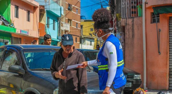 Além de entrega de máscaras, moradores são orientados sobre a pandemia