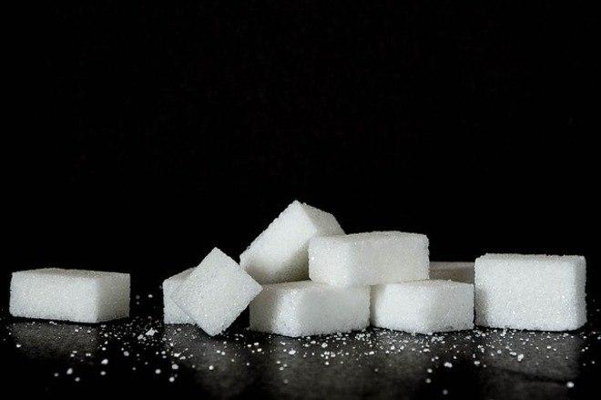 """Para evitar os problemas causados pelo mau colesterol, o açúcar também deve ser consumido com moderação. """"Indiretamente essa substância também leva o organismo a formar mais placas perigosas nos vasos sanguíneos"""", afirma o cardiologista"""