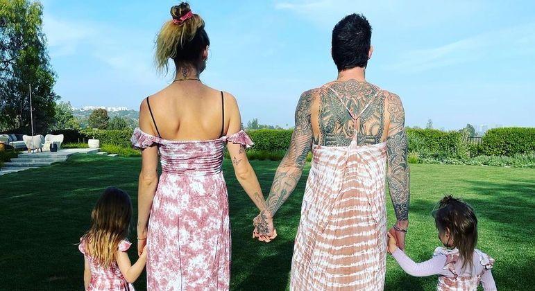 Adam Levine usa vestido combinando com a mulher e as filhas