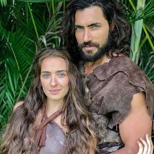 Juliana e Carlo caracterizados como Eva e Adão