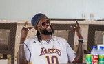 Adebayor ainda gosta de usar camisetas de equipes da NBA, maior liga de basquete do mundo. Na foto ele usa o uniforme do Los Angeles Lakers