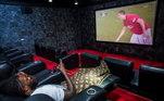 A sala de cinema do jogador é outra verdadeira ostentação. Na imagem ele aparece assistindo uma partida do Manchester United. Será que está com saudades de atuar pelos Reds?