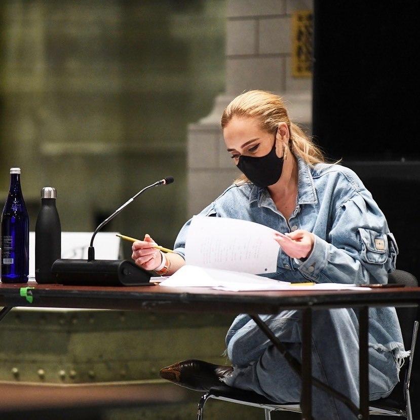 Adele nos bastidores do programa Saturday Night Live