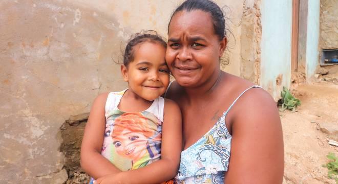 Adélia e a filha Aisha Rebeca, de 4 anos