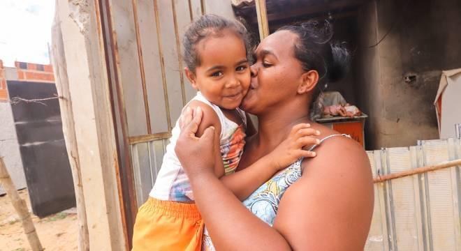 A família está feliz da vida porque a menina Aisha Rebeca conseguiu uma vaga numa escola atendida pelos projetos assistenciais da região