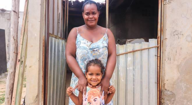 Com o apoio do SOS Famílias do Sertão, mais os auxílios do governo e de parentes, Adélia e o marido têm conseguido manter a casa