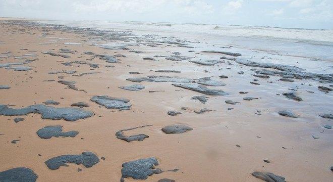 Manchas de óleo já atingiram centenas de praias no nordeste brasileiro